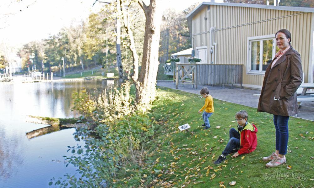 Familjeparker övernattar i Lisebergsbyn